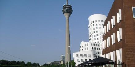 Der Rheinturm ist das Wahrzeichen Düsseldorfs. | By: Leben im Rheinland